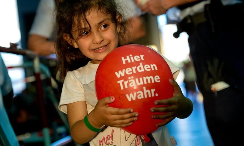 Une fillette réfugiée de Syrie en gare de Munich